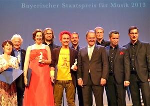 Preisträger scharen sich um Minister Wolfgang Heubisch (Vierter von rechts): Christiane Böhnke-Geisse (Jazzclub Unterfahrt), Harald Rüschenbaum, das Vokalensemble Singer Pur und Donikkl (links neben Heubisch) (Bild: MusikWoche)