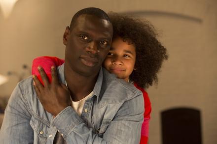 """Publikumsliebling Omar Sy hat mit """"Plötzlich Papa!"""" einen neuen Hit (Bild: Tobis)"""