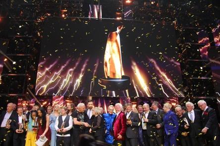 Sieger, Laudatoren und Live-Acts: das triumphale Schlussbild beim LEA 2018 in der Festhalle (Bild: MusikWoche)