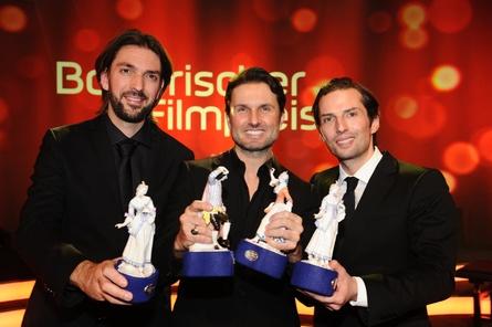 """Simon Verhoeven (Bildmitte) mit den beiden Produzenten von """"Willkommen bei den Hartmanns"""", Max Wiedemann und Quirin Berg (Bild: Wiedemann & Berg)"""