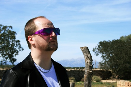 Tom Westborn mit seinen Markenzeichen: farbige Sonnenbrille und schwarze Lederjacke (Bild: Udo Hollstein )
