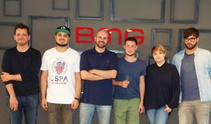 Trafen sich zur Vertragsunterzeichnung (von links): Lüder Castringius, T-No, Philipp Senkpiel, Teesy, Sina Wahnschaffen und Maximilian Kolb (Bild: BMG)