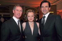 """TV-Manager des Jahres: Lionsgate-Chef Jon Feltheimer (l.) mit den """"Mad Men""""-Hauptdarstellern Elisabeth Moss und Jon Hamm gestern Abend in Cannes (Bild: Mipcom)"""