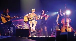 Verbucht Radiorekord: Pink, hier auf der Bühne mit ihrer Band (Bild: Sony Music)