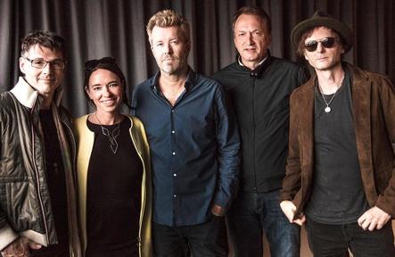 Verlängern ihre Zusammenarbeit: Morten Harket (a-ha), Mara Ridder-Reichert (Director Talent & Music, MTV), Magne Furuholmen (a-ha), Markus Hartmann (COO & Director Music, Starwatch Entertainment) und Pål Waaktaar-Savoy (a-ha) (Bild: Just Loomis)