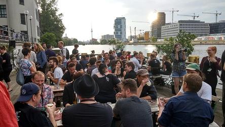 Versammelten sich im Berliner Fluxbau: die Teilnehmer und Partner des LMAB (Bild: gigmit)