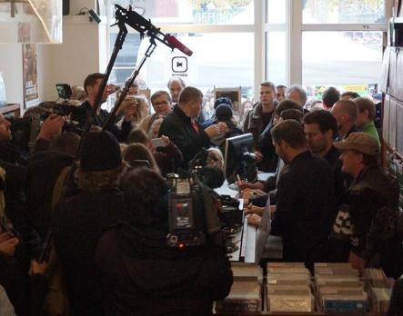 Volles Haus: Revolverheld kamen zur offiziellen Eröffnung der Plattenladenwoche 2016 zu Rekord in Hamburg ... (Bild: Daniel Ahrweiler/AMM)
