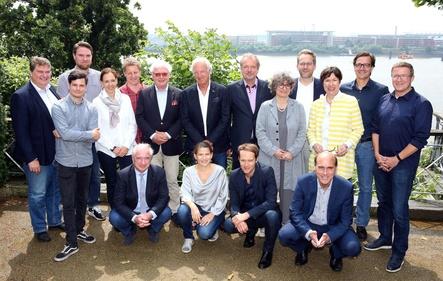 Wollen künftig in einem Verband zusammen agieren (hinten, von links): Klaus Wollny (bdv), Felix Hansen (bdv), Stephan Thanscheidt (bdv), Michaela Russ (VDKD), Folkert Koopmans (VDKD), Michael Herrmann (VDKD), Michael Russ (VDKD), Jens Michow (bdv), Sonia Simmenauer (VDKD), Pascal Funke (VDKD), Elisabeth Ehlers (VDKD), Christian Diekmann (VDKD) und Christian Doll (bdv) sowie (vorn, von links): Johannes Kreile (VDKD-Justiziar), Ulrike Schirrmacher (bdv), Daniel Rothammer (bdv) und Johannes Ulbricht (Justiziar bdv) (Bild: Public Address)