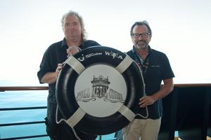 Ziehen ein positives Fazit zur ersten Full Metal Cruise: Holger Hübner (ICS Festival Service, links) und Richard J. Vogel (TUI Cruises) (Bild: TUI Cruises/ICS)