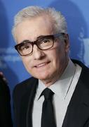 """Martin Scorsese gilt als bester lebender Regisseur Amerikas. Er ist einer der entscheidenden Vertreter des New Hollywood, drehte Klassiker wie """"Taxi Driver"""" oder """"Wie ein wilder Stier"""". Nach einer Durstrecke in den Achtzigerjahren kehrte er mit Filmen wie """"GoodFellas"""" oder """"Casino"""" in die A-Riege zurück. Seit 2002 dreht Scorsese exklusiv mit Leonardo DiCaprio: Vor """"Shutter Island"""" waren es """"Gangs of New York"""", """"Aviatar"""" und """"Departed - Unter Feinden"""". Für letzteren wurde er endlich mit dem Oscar ausgezeichnet. Als nächstes steht """"The Invention of Hugo Cabret"""" auf dem Drehplan des 67-Jährigen."""