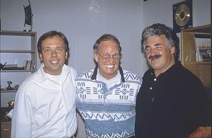 Ein Bild aus erfolgreichen Zeiten: Hansa-Gründer Peter Meisel (M.) im Jahr 1997 mit André Selleneit (l.), der nach einer Ausbildung bei den Meisel-Musikverlagen und der Übernahme der Geschäftsführung damals das gerade in BMG Berlin Musik umfirmierte Unternehmen leitete, und Produzent George Glueck, der kurz zuvor sein Label Sing Sing Records an BMG abgetreten hatte