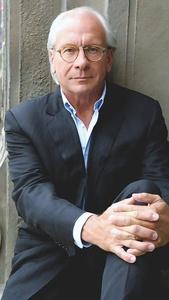 """1950 in Stuttgart geboren, studierte Wolf Bauer Publizistik und Kunstgeschichte an den Universitäten in München und Berlin. Er arbeitete ab 1976 zunächst als Autor von politischen Magazin-Beiträgen für die ZDF-Sendung """"Kennzeichen D"""". 1980 kam Wolf Bauer als Redakteur und Producer zur UFA Film- und Fernsehproduktion und ist seit 1991 Produzent und Vorsitzender der Geschäftsführung der UFA. Seit Gründung der FremantleMedia im Jahre 2000 ist er überdies Board Member des weltweit tätigen Produktionsunternehmens. Die FremantleMedia ist der internationale Produktionsarm der RTL Group, zu dem auch die UFA gehört. Unter der Geschäftsführung von Wolf Bauer entwickelte sich die UFA zu einer leistungsstarken Produktionsgruppe, die in den vergangenen Jahren ihre Marktführerschaft in Deutschland als Inhaltekreateur kontinuierlich ausgebaut hat. Seit 1. September 2015 lenkte Bauer die Geschicke der UFA GmbH gemeinsam mit Nico Hofmann als Co-CEO. Im September 2017 verlässt Bauer das Unternehmen nach mehr als 27 Jahren in der Geschäftsführung, wird aber künftig noch als Berater zur Verfügung stehen und sich als Produzent auf die Entwicklung und Produktion hochkarätiger Film- und Fernsehstoffe fokussieren. Unter anderem bereitet er """"Der Medicus 2"""" vor."""