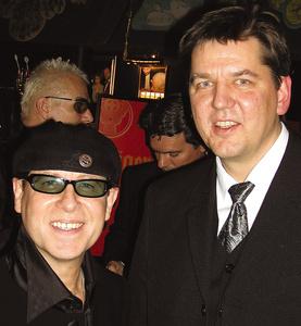 Beim Fundraising Dinner zum zehnjährigen Jubiläum der Stiftung zur Förderung der Nordoff/Robbins-Musiktherapie im Jahr 2002: Klaus Meine (Scorpions, links) und Prof. Lutz Neugebauer