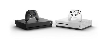 Seite an Seite: Das Top-Modell Xbox One X und die Einsteigervariante Xbox One S (r.)