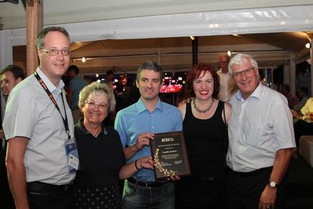 """Peter Janovsky, Ingrid Hueber, Mario Hueber, Uta Matschiner und Heinz Hueber freuten sich über die Auszeichnung """"Leinwand des Jahres"""""""