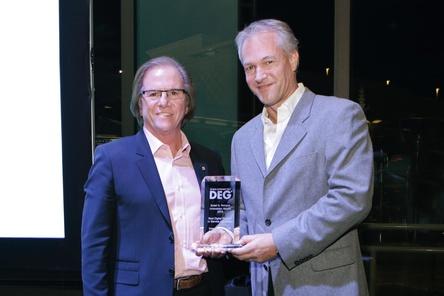 Sven Deutschmann (r.) bei der Preisverleihung mit Mike Fasulo, DEG-Vorstandsmitglied und COO Sony Electronics