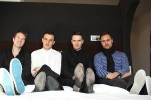Bei der Zimmer-Einweihung (v.l.n.r.): Dirk Dreyer (General Manager The Weinmeister), Theo Hutchcraft, Adam Anderson (beide Hurts) und Matt Vines (Management Hurts)