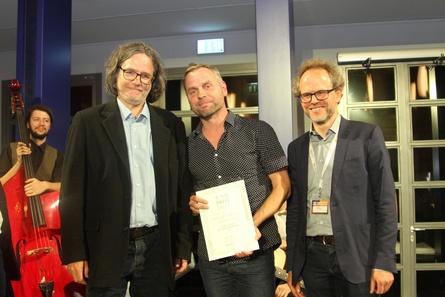 Hauptpreisträger Michael Ludwig (m.) mit MDM-Geschäftsführer Claas Danielsen (r.) und dem Juryvorsitzenden Andreas Körner