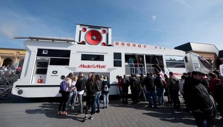 """An drei Stationen der """"Wir lieben den Zirkus""""-Tour von Piet Smiet macht auf der MediaMarkt VR-Truck halt"""