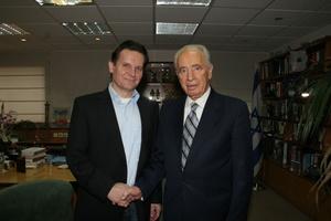 Engagiert sich für Kinder: Detlev Jöcker mit Shimon Peres