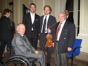 Hausherr mit Gästen (v.l.n.r.): Bundesfinanzminister Wolfgang Schäuble mit Till Brönner, Daniel Hope und Coco Schumann