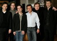 Besiegelten die Zusammenarbeit (v. l. n. r.): Dr. Olaf Meinking (BeutlerMeinking Rechtsanwälte), Peter-H. Stelling (pH-Werk), Peter Heppner, Bernd Dopp (Warner Music), Norbert Masch (Warner/ Chappell) und Jörg Glauner (Warner Music)