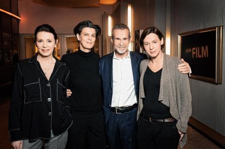 Carolin Emcke (2.v.l.) mit Filmakademie-Präsidentin Iris Berben, ihrem Gesprächspartner Ulrich Matthes und Filmakademie-Geschäftsführerin Anne Leppin.
