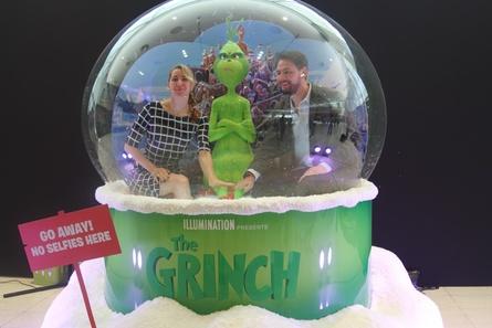 """Anziehungspunkt im Foyer des CCIB: """"Der Grinch"""" war begehrte Foto-Location. Im Bild: Susanne Fläxl (Filmtheaterbetriebe Fläxl) und Benjamin Dauhrer (Cinecitta)"""