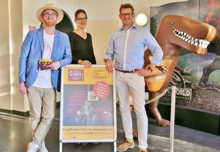 Martin Turowski, Betreiber des Burgtheater Ratzeburg (rechts im Bild), mit Verena Oefler und Christoph Mathieu von Rushlake Media