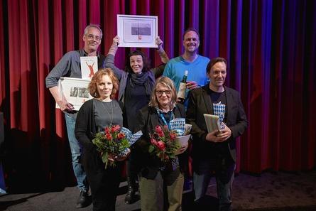 Die Nonfiktionale-Preisträger Sebastian Winkels, Bernadette Weigel und Maximilian Plettau (hi., v.l.n.r.) mit den Jurymitgliedern Anne Fabini, Petra L. Schmitz und Rainer Frimmel (vo., v.l.n.r.)