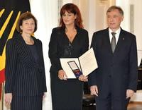 Bei der Verleihung in Schloss Bellevue: Eva Luise Köhler (l.) Andrea Berg und Bundespräsident Horst Köhler
