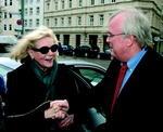 Lauren Bacall bei ihrer Ankunft in München mit Verleger Ulrich Scheele
