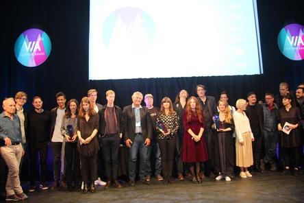 Abschluss der VIA! VUT Indie Awards 2016: Alle Sieger, Nominees und Laudatoren auf der Bühne im Schmidts Tivoli (Bild: MusikWoche)