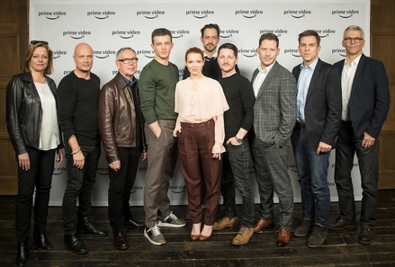 "Alle Macher von ""Beat"" vereint: Anne Solá Ferrer (Warner Bros. Entertainment GmbH), Christian Berkel, Willi Geike (Warner Bros. Entertainment GmbH), Jannis Niewöhner, Karoline Herfurth, Chris Doll (Hellinger/Doll Filmproduktion), Lothar Hellinger (Hellinger/Doll Filmproduktion), Marco Kreuzpaintner (Regisseur), Dr. Christoph Schneider (Prime Video), Norbert Eberling (Autor) (Bild: Amazon)"