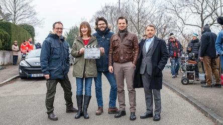 """Am Set des """"Tatort: Schande"""" (AT): Regisseur Jens Wischnewski (Mitte) mit Kameramann Stefan Sommer (links) und den Hauptdarstellern Katharina Marie Schubert, Felix Klare (2.v.r.) und Richy Müller (rechts) (Bild: SWR - Das Erste/Maor Waisburd)"""