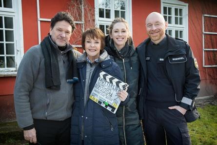 """Am Set des Usedom-Krimis """"Mutterliebe"""" (v.l.n.r.): Regisseur Uwe Janson sowie die Darsteller Katrin Sass, Rikke Lylloff und Rainer Sellien (Bild: NDR)"""