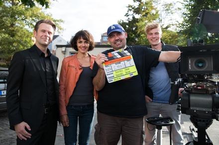 """Am set von """"Proferssor T."""": Matthias Matschke, Lucie Heinze, Regisseur Thomas Jahn.und Andreas Helgi Schmid (Bild: ZDF / Peter Wedel)"""