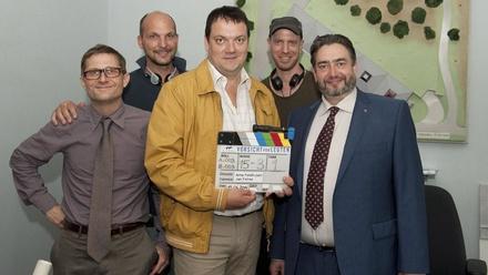 """Am Set von """"Vorsicht vor Leuten"""": Jörn Hentschel, Produzent Nils Dünker, Charly Hübner, Regisseur Arne Feldhusen und Alexander Hörbe (Bild: WDR/Kohr)"""