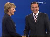 Angela Merkel und Gerhard Schr�der am Ende ihres gestrigen Rededuells (Bild: Repro: ARD)