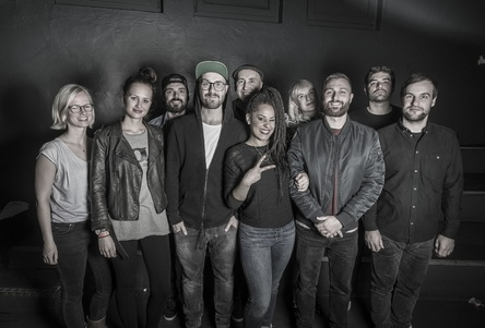 Arbeiten auch in Sachen Amanda zusammen (von links): Henriette Noack (Sector3 Management), Franziska Beckmann (Labelmanagement Four Music), Philipp Marquardt (Sector3 Management), Mark Forster (Marecs), Esteban de Alcázar (Sector3 Management, Marecs), Sängerin Amanda, Lexa Bippus (Product Managerin Four Music), Michael Stockum (General Manager Four Music), Daniel Malat (Director Marketing Four Music) und Alex Engelen (Digital Manager Four Music) (Bild: Jens Oellermann)