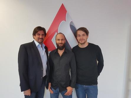 """Arbeiten gemeinsam an """"No Rhyme No Reason"""" (von links): Membran-CEO Manlio Celotti, Stefan Penz (Management Mother's Cake) und Product Manager Sebastian Tröger (Membran) (Bild: Membran)"""