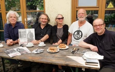 Arbeiten miteinander (von links): Evert van der Wal (Produzent und Musiker), Gampe, Eva Mair-Holmes, Achim Bergmann (beide Trikont) und Günter Hablik (Trikont Vertrieb & Produktion) (Bild: Trikont)