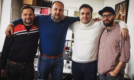 Arbeiten nun gemeinsam (von links): Björn Harwarth (Inhaber Der Kulturlotse), Kai Müller (Inhaber Elbe Entertainment), Arnd Zeigler und Lars Kranenkamp (Lars Meier Management) (Bild: Elbe Entertainment)