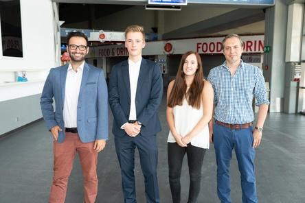 Arbeiten nun Hand in Hand in der König-Pilsener-Arena (von links): Florian Wels, Lucas Hirtz, Lisa Haubenreißer (beide Auszubildende) und Stefan Bergermann (SMG) (Bild: SMG)