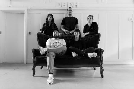 Arbeiten nun mit einem größeren Künstlerstamm (hinten, von links): Laura Eisenstecken, Tim Böningund Dorothea Shelev sowie (vorn) Ilke Ulusoy und Sandra Kettelhake (Bild: Der Bomber der Herzen)
