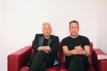 Aufgeweckte Gesprächspartner (von links) auf der MusikWoche-Couch: Paul Humphreys und Andy McCluskey von Orchestral Manoeuvres In The Dark (Bild: MusikWoche)