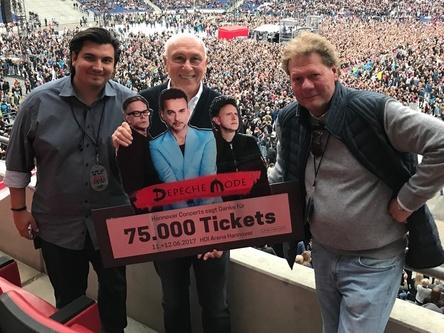 Award-Übergabe vor beeindruckender Kulisse: die geschäftsführenden Gesellschafter von Hannover Concerts, Nico Röger (links) und Michael Lohmann (rechts) mit Marek Lieberberg (Geschäftsführer Live Nation GSA) (Bild: Marc Seemann)