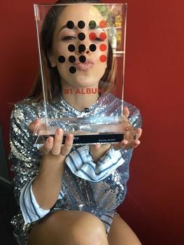 Bedankt sich mit einem Küsschen für den #1 Award: Vanessa Mai (Bild: Anelia Janeva)