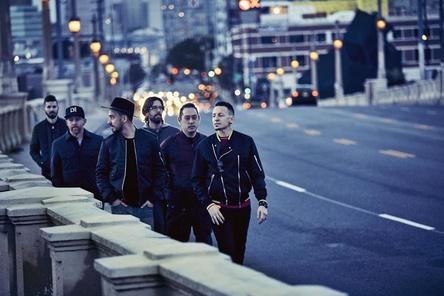"""Bei den Singles mit """"In The End"""" auf vier und insgesamt 17 Mal vertreten: Linkin Park mit dem verstorbenen Chester Bennington (ganz rechts) (Bild: James Minchin)"""