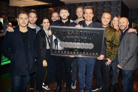 Bei der Award-Übergabe in London dabei (von links): Tyler Brown (Managing Director Syco), Russell Eslamifar (Artist Manager JGG), Ina Jedlicka (Senior A&R Manager Sony Music Germany), Neil Rodford (CEO JGG), James Arthur, Benedikt von Stauffenberg (Senior Product Manager Sony Music Germany), Philip Ginthör (CEO Sony Music GSA), Stefan Goebel (SVP International Sony Music Germany), Lena Gerecke (Team Lead International Sony Music Germany) und Martin Hall (Managing Director Hall Or Nothing) (Bild: Sony Music)